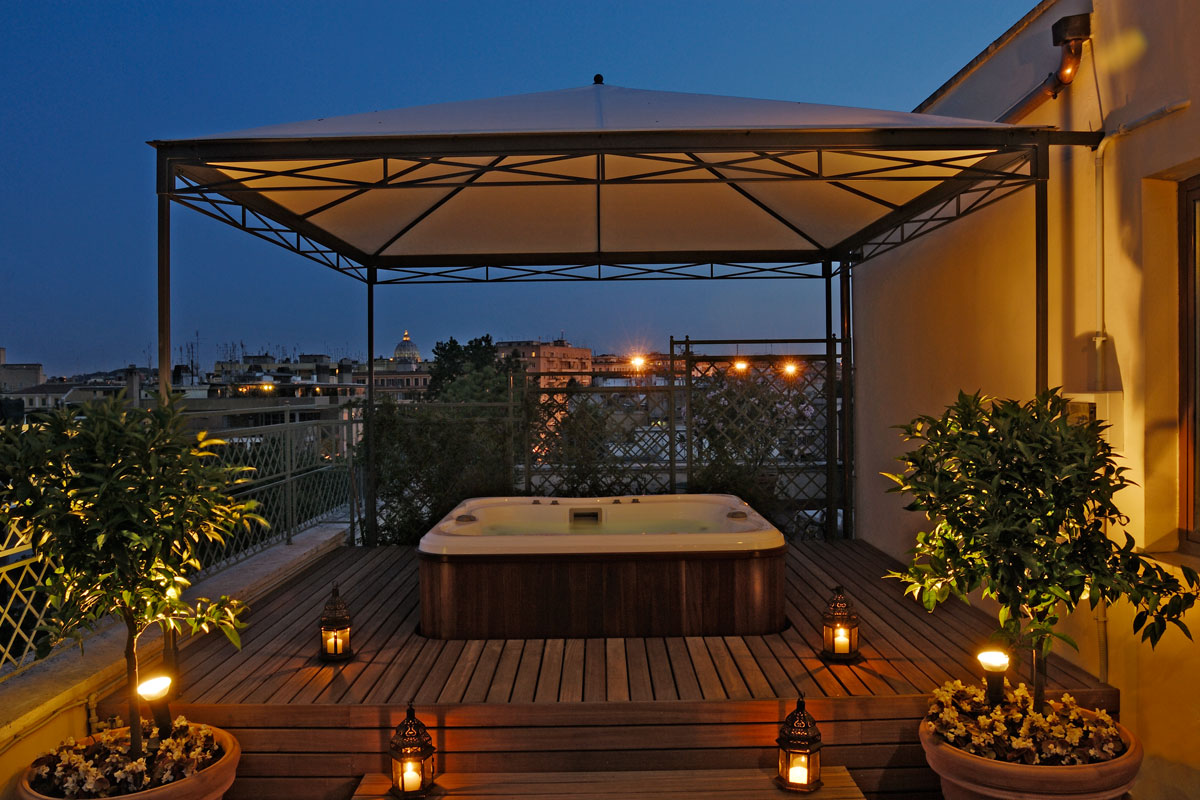 Suite – Jacuzzi on the terrace – night view