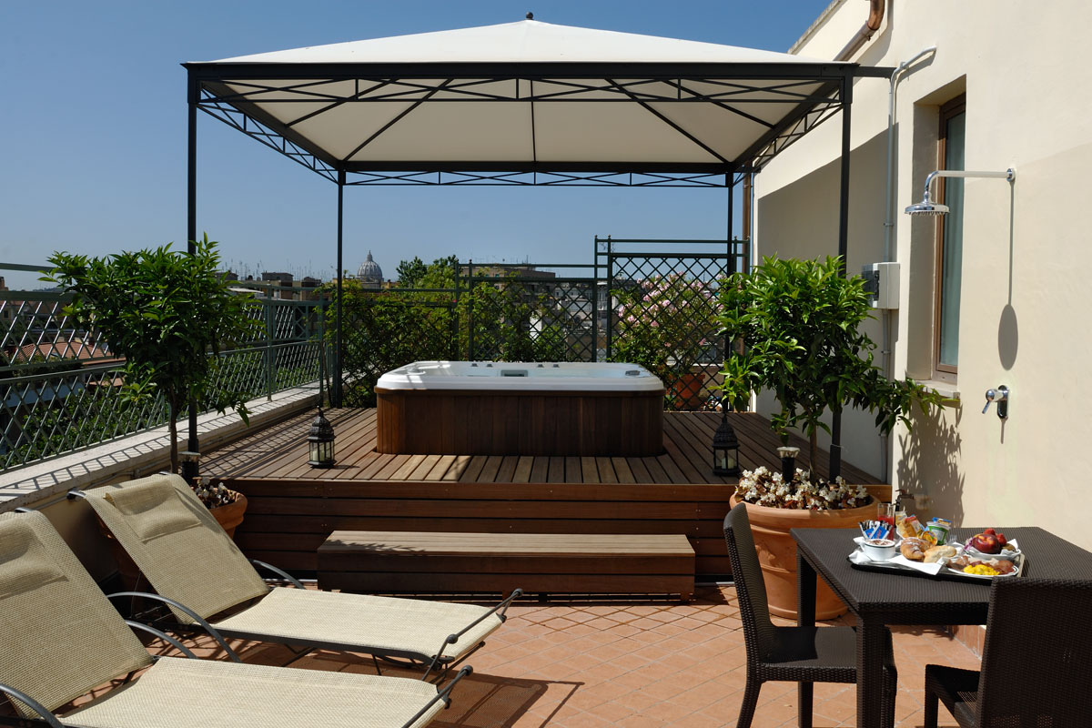Suite – Jacuzzi on the terrace – daylight view